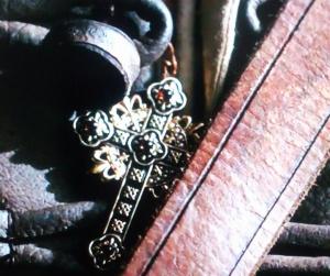 十字架のネックレスに込められたロシュフォールの想い:マスケティアーズ